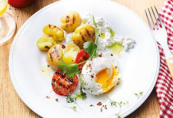 Gegrillte Erdäpfel und Tomaten mit Cottage Cheese und pochiertem Ei Foto: © Nikolai Buroh