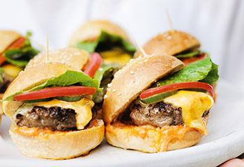 Mini-Burger mit Tomatenmayonnaise Foto: © William Meppem