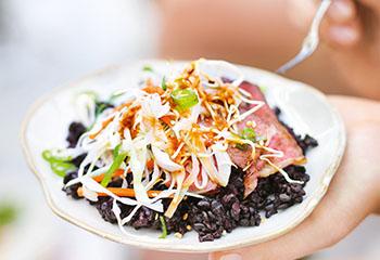 Beef Teriyaki mit Reis und Krautsalat Foto: © William Meppem