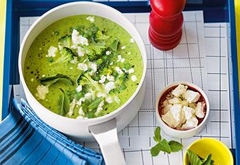 Erbsen-Brokkoli-Suppe mit Feta und Minze Foto: © Wolfgang Schardt