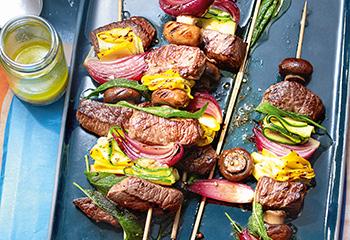 Steak Spieße mit Käse-Dip und Rucola-Salat Foto: © Jan-Peter Westermann