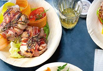 Gefüllte Schweinsmedaillons mit Gemüsesalat Foto: © Jan-Peter Westermann