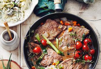 Geschmorte Bio-Rindschnitzel mit gebratenen Tomaten und Pilz-Tagliatelle Foto: © Thorsten Suedfels