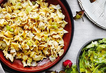 Krautfleckerl mit grünem Salat Foto: © Thorsten Suedfels