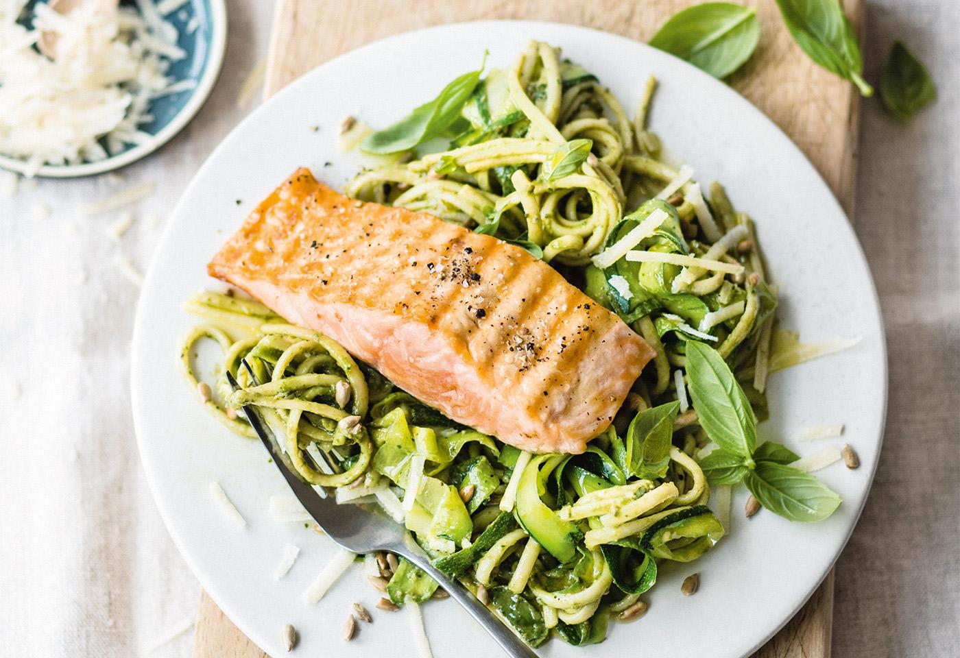 Wildlachs Filet Mit Linguine Zucchini Und Pesto Frisch Gekocht