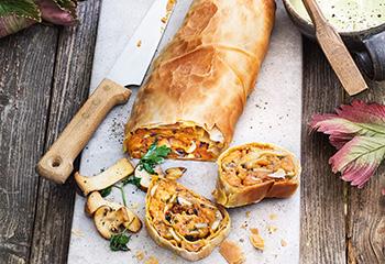 Süßkartoffel-Pilz-Strudel mit Erbsen-Parmesan-Sauce Foto: © Nikolai Buroh