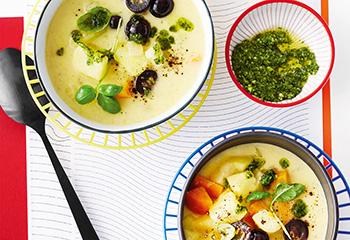 Erdäpfel-Sellerie-Suppe mit Weintrauben und Pesto Foto: © Janne Peters