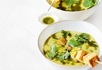 Rote-Linsen-Suppe mit Tofuspießen und Korianderöl Foto: © Thorsten Suedfels