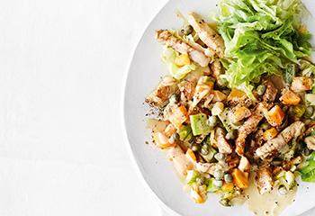 Schweinsgeschnetzeltes mit Senfsauce und Salat Foto: © Thorsten Suedfels