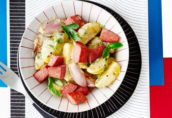 Erdäpfel-Schalotten-Salat mit gebratener Wiener Wurst Foto: © Janne Peters
