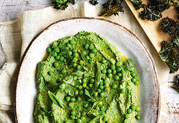 Green Hummus mit Kohlchips Foto: © William Meppem