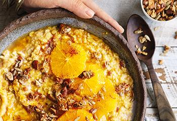 Karotten-Apfel-Orangen-Porridge mit Mandel-Haferflocken-Streuseln Foto: © William Meppem