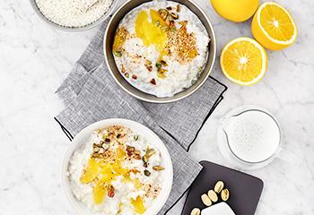 Milchreis mit Orangen, Pistazien und Sesam Foto: © Janne Peters