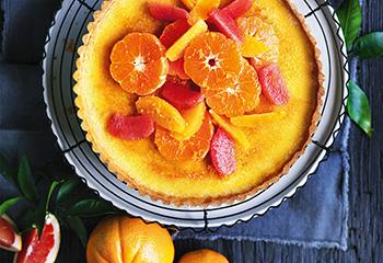Crème-brûlée-Tarte mit Zitrusfruchtsalat Foto: © William Meppem