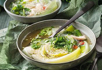Asiatische Lauchsuppe mit Huhn und Reisnudeln Foto: © Nikolai Buroh