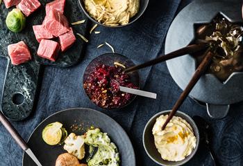 Fleisch- und Gemüsefondue mit Dips und Salsa Foto: © Wolfgang Schardt