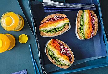 Rainbow-Sandwich mit buntem Gemüse