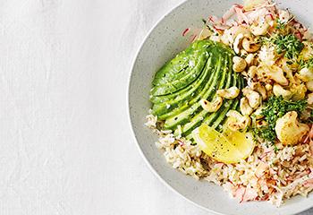 Lauwarmer Reissalat mit Avocado, Karfiol und Radieschen
