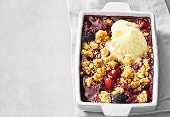Beeren-Crumble mit Vanilleeis