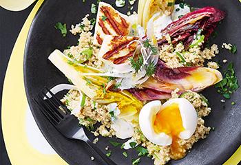 Quinoa-Gemüse-Salat mit Ei, Halloumi und Kräuter-Joghurt-Dressing Foto: © Janne Peters