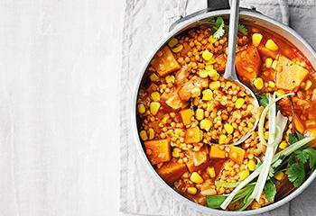 Rote-Linsen-Eintopf mit Süßkartoffeln und Mais Foto: © Thorsten Suedfels