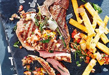 T-Bone-Steak mit scharfer Tomatensalsa und Polentastreifen Foto: © Janne Peters