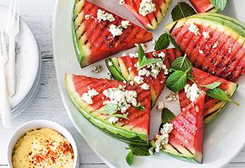 Gegrillte Wassermelonen-Wedges mit Feta-Minz-Crumble und Maisdip Foto: © Wolfgang Schardt