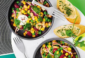 Bohnen-Mais-Salat mit Knoblauchbaguette Foto: © Monika Schuerle