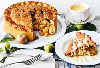 Gedeckter Apfelkuchen mit Vanillesauce Foto: © StockFood