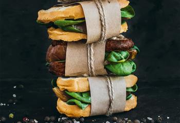 Sandwich mit geräuchertem Hühnerfilet und Jungspinat Foto: © iStock / Nata Vkusidey
