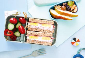 Bento-Jausenbox mit Schinken-Ei-Sandwich, Gemüsespießchen und Obst-Nuss-Mix Foto: © Kevin Ilse