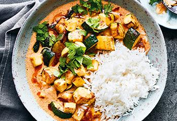 Rotes Tofu-Zucchini-Curry Foto: © Janne Peters