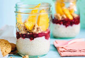 Quinoa-Pudding mit Wildpeiselbeeren und Mango Foto: © Kevin Ilse
