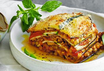 Melanzani-Zucchini-Lasagne mit Linsenbolognese Foto: © StockFood