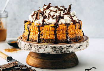 Kürbis-Topfenkuchen mit Schoko-Karamellsauce Foto: © Stockfood