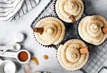 Kürbis-Cupcakes mit Ahornsirup-Buttercreme Foto: © Stockfood