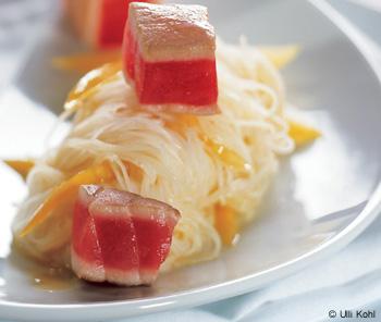 Mango-Glasnudeln mit Thunfischwürfeln