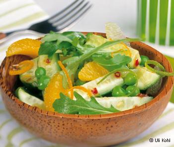 Rucolasalat mit Erbsen, Gurken, Orangen und Limettendressing