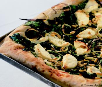 Spinatpizza mit Pinienkernen und Ziegenkäse