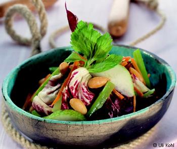 Radicchiosalat mit Karotten, Mandeln & Äpfeln