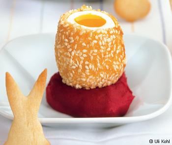 Gebackenes Ei mit Sesam auf Rote Rüben-Püree