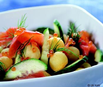 Erdäpfelsalat mit Gurke, Räucherlachs und Forellenkaviar