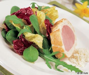 Schinken im Brotteig mit Frühlingssalat und Oberskren