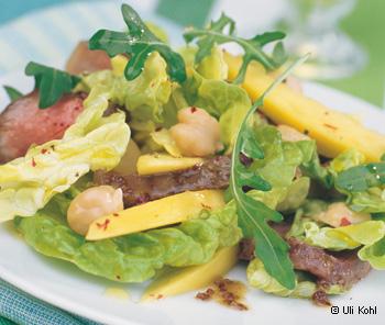 Grüner Salat mit Beiriedscheiben und Bierdressing