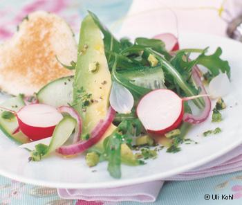 Avocado-Frühlingssalat mit Toastherzen