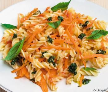 Fusilli mit Karottensugo und Basilikum