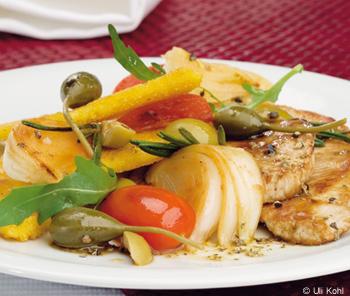 Schweinsschnitzel mit Oliven, Kapernbeeren und knuspriger Polenta