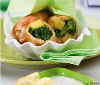 Knuspriger Brokkoli-Erdäpfel-Strudel mit Zitronen-Joghurt