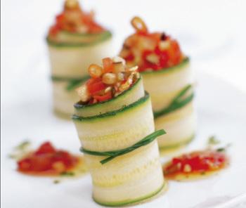 Zucchiniröllchen mit Melanzani-Tomatengemüse