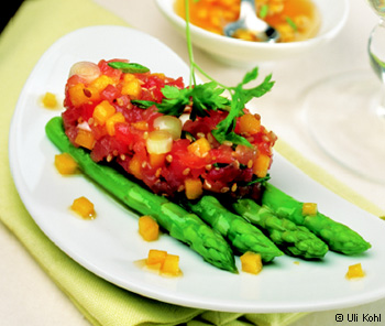 Thunfisch-Mango-Tatar auf grünem Spargel
